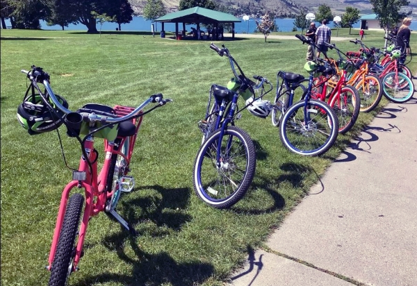 Several e-bikes with Lake Chelan in the backgroung